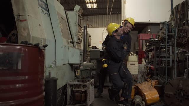 arbeiter in der fabrik - rettungsdienst mitarbeiter stock-videos und b-roll-filmmaterial