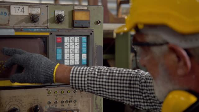 工場で労働者 - 金属工業点の映像素材/bロール