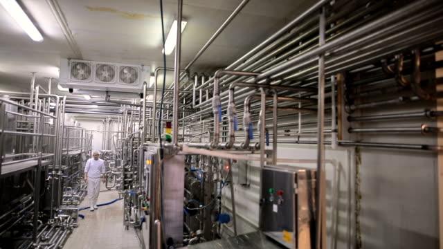 vídeos y material grabado en eventos de stock de trabajador en la fábrica de alimentos. productos lácteos - acero inoxidable