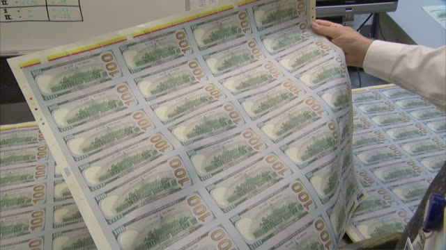 vídeos de stock e filmes b-roll de cu zo worker inspecting sheet of money on back face printing / washington d.c., washington d.c., united states - unidade monetária dos estados unidos