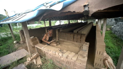vídeos y material grabado en eventos de stock de a worker is making traditional blue bricks, which used less and less now in china - ladrillo