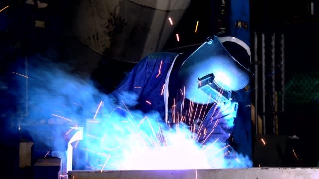 arbeitskraft ist metallteil mit schützende arbeitskleidung schweißen - arbeitssicherheit stock-videos und b-roll-filmmaterial