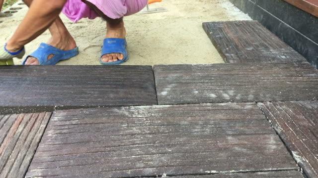 ワーカー産卵コンクリートのレンガ舗装 - コンクリート点の映像素材/bロール