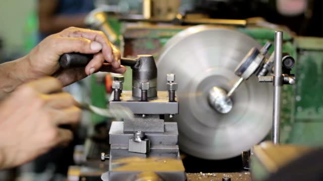 労働者は、洗濯機に工場 - ドリルビット点の映像素材/bロール