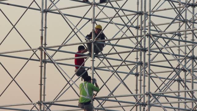 ls cu worker on scaffolding/xian,shaanxi,china - baugerüst stock-videos und b-roll-filmmaterial