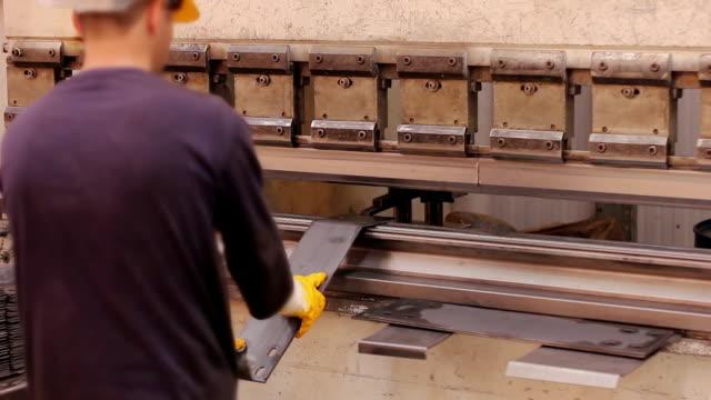 従業員の使用は装置、工場 - 作業場点の映像素材/bロール