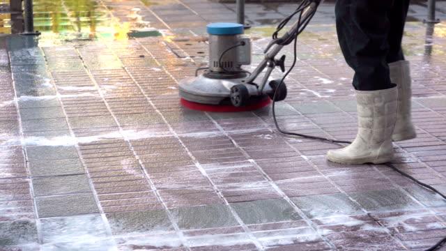 stockvideo's en b-roll-footage met werknemer of schoonmaakpersoneel is met behulp van een hoge druk water spray - dienstverlener