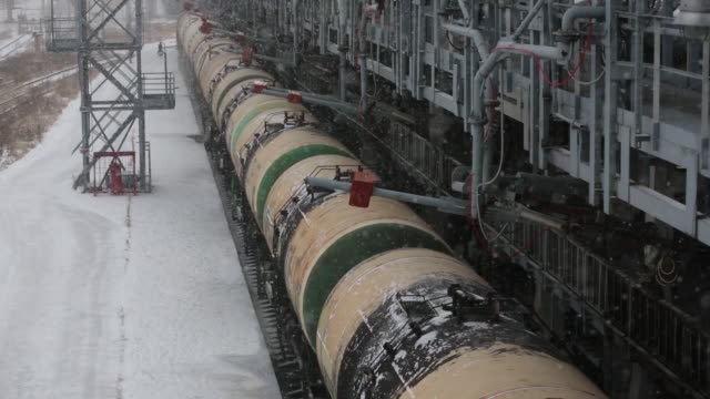 vídeos y material grabado en eventos de stock de a worker overseas the loading of oil supplies into freight wagons at the lukoil nizhegorodnefteorgsintez oil refinery operated by oao lukoil in... - agua helada