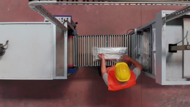 vídeos y material grabado en eventos de stock de embalaje de trabajador en una fábrica de - embalaje