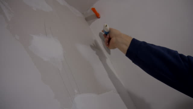 stockvideo's en b-roll-footage met worker plastering the wall - beëindigen