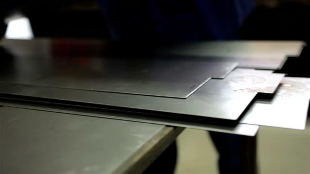 vídeos y material grabado en eventos de stock de trabajador pone la pieza de metal sobre la mesa. - acero