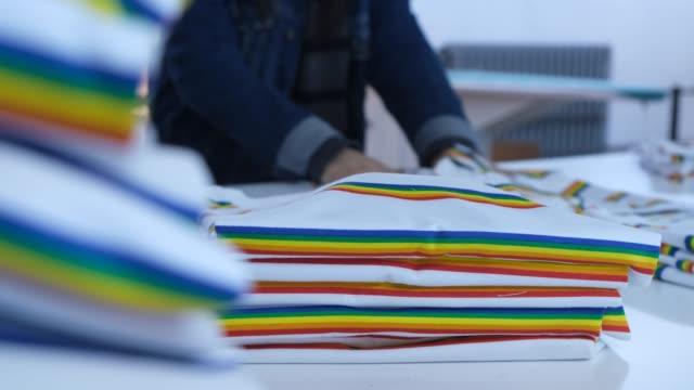 vidéos et rushes de contrôle de la qualité des travailleurs en usine textile - t shirt