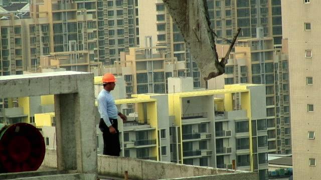 vídeos y material grabado en eventos de stock de ms pan worker receiving cement pourer from crane, shanghai, china - un solo hombre de mediana edad