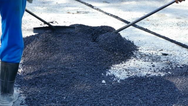 vídeos de stock e filmes b-roll de trabalhador de reparação de paver aplicação de asfalto estrada de asfalto na estrada - cilindro veículo terrestre comercial