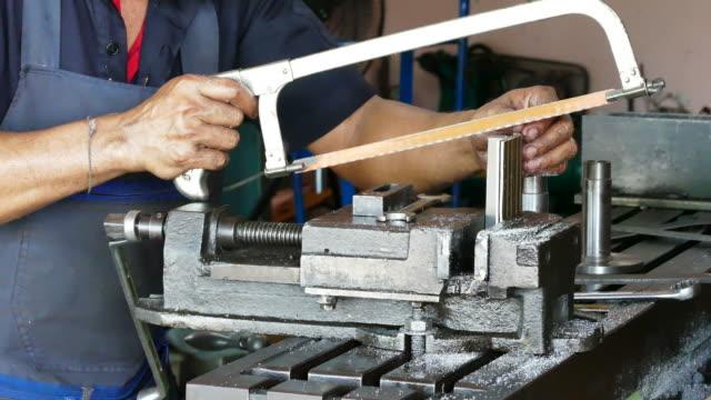 vídeos de stock e filmes b-roll de worker sawing thin steel sheet - trabalho de metal