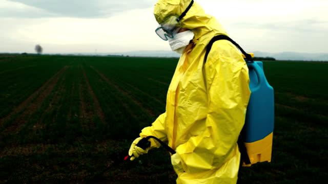 arbeiter sprüht giftige pestizide - sprühen stock-videos und b-roll-filmmaterial
