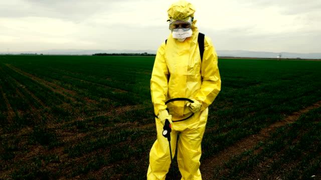 vidéos et rushes de travailleur pulvérisant des pesticides toxiques - masque de protection