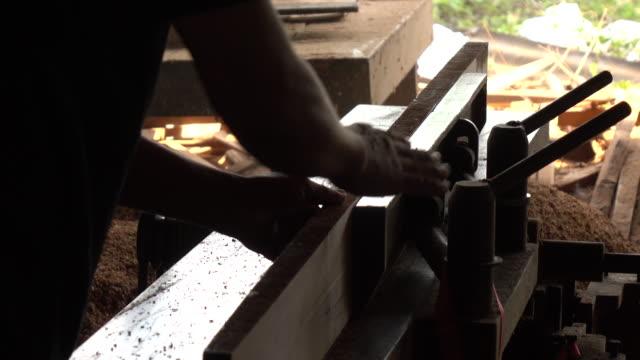 vídeos de stock e filmes b-roll de worker turning wood in a lathe - afiar