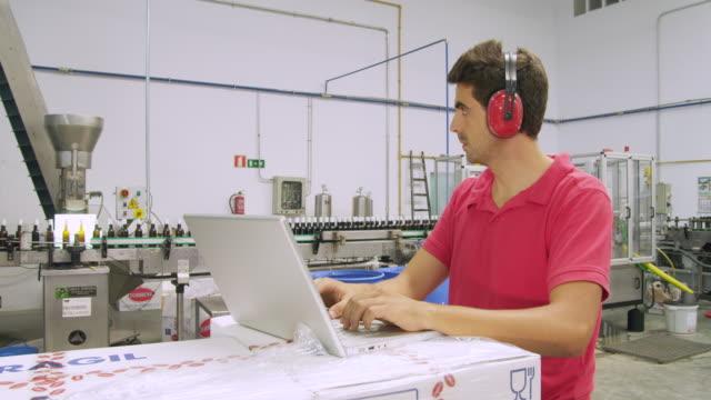 vídeos de stock e filmes b-roll de ms worker typing on laptop computer / sanlucar de barrameda, andalusia, spain - protetor de ouvido