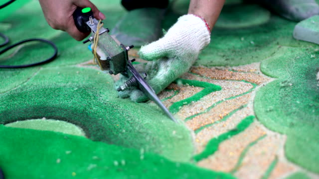 arbeiter benutzten schneidtepanier werkzeug für dekorate carpet handmade. - teppich stock-videos und b-roll-filmmaterial