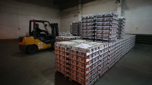 a worker uses a forklift truck to move palettes of aluminum ingots in the foundry at the irkutsk aluminium smelting plant operated by united co rusal... - barren geld und finanzen stock-videos und b-roll-filmmaterial