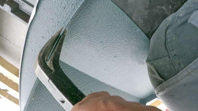 pov worker använder en plåtklippa för att skära metall för takfönstret - sn�� bildbanksvideor och videomaterial från bakom kulisserna