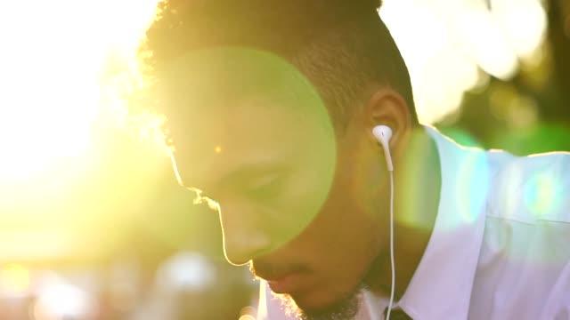 arbeiter mit mobile und nach der arbeit musik hören - zuhören stock-videos und b-roll-filmmaterial