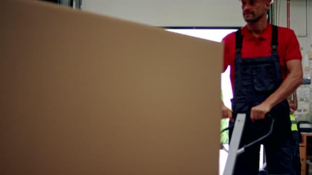 arbeiter mit hubwagen - hubwagen stock-videos und b-roll-filmmaterial