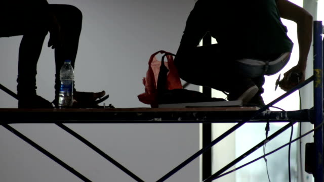 stockvideo's en b-roll-footage met werknemer met behulp van - steiger bouwapparatuur