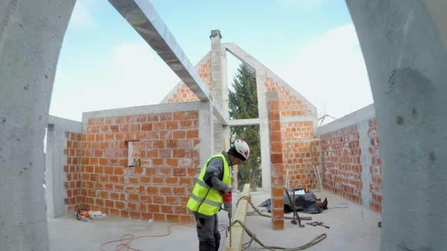 vidéos et rushes de pov travailleur marchant sur une maison en construction pour ramasser ses outils - charpente