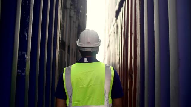 vídeos de stock e filmes b-roll de worker walking to check cargo container - atrás