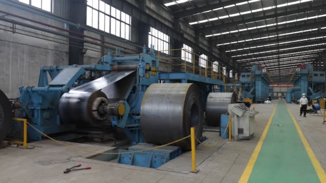 vidéos et rushes de a worker walks past machinery in the metal pressing shop at the singamascontainer holdings ltd factory in qidong china on thursday june 22 2017 cu a... - tôle