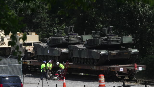 vídeos de stock e filmes b-roll de a worker washes one of two m1a1 abrams tanks that are loaded on flatbed rail cars at a csx railyard on july 2 2019 in washington dc president trump... - o pentágono