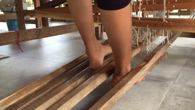 手織り機で絹織物を織る労働者 - 製造工場点の映像素材/bロール