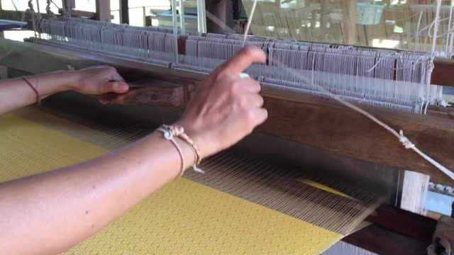 arbeiter weben seidenstoff mit handwebmaschine - textilfabrik stock-videos und b-roll-filmmaterial