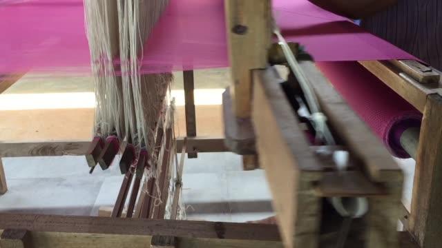 手織機で絹織物を織る労働者 - 製造工場点の映像素材/bロール