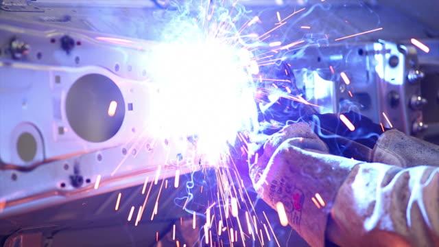 hd-arbeiter schweißen auf dem body - schweißen stock-videos und b-roll-filmmaterial