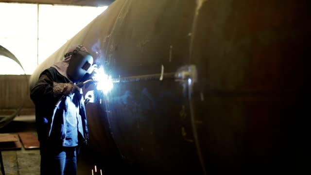 stockvideo's en b-roll-footage met worker welding - autofabriek