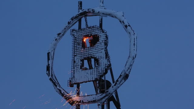 vídeos y material grabado en eventos de stock de worker welds a bitcoin sculpture made from scrap metal installed outside the bitcluster cryptocurrency mining farm in norilsk, russia, on tuesday,... - letra del alfabeto
