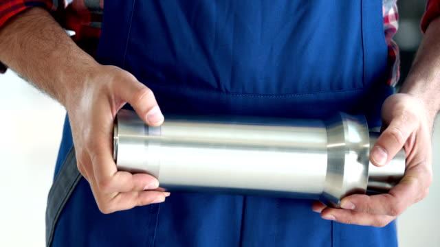vídeos y material grabado en eventos de stock de trabajador con un tubo del metal procesado. - forma de barra