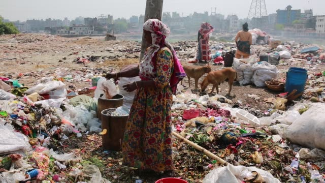 vídeos de stock e filmes b-roll de worker working in a dump yard in dhaka bangladesh on march 21 2018 - pobreza