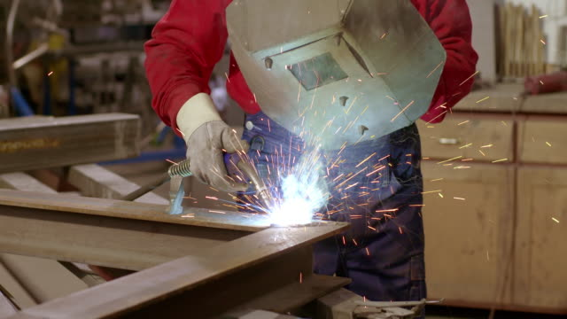 stockvideo's en b-roll-footage met slo mo ds worker working with welding torch and mask - werkende bejaarden