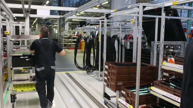 workers assemble an sclass sedan at the mercedesbenz plant on january 24 2018 in sindelfingen germany daimler ag which owns the mercedesbenz brand... - 金融と経済点の映像素材/bロール