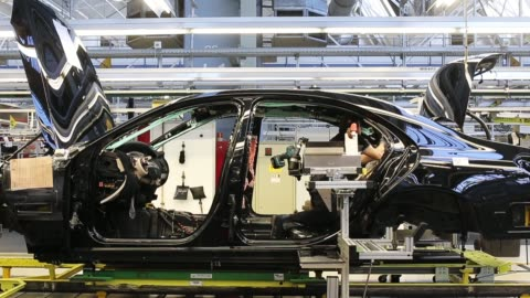 workers assemble an s-class sedan at the mercedes-benz plant on january 24, 2018 in sindelfingen, germany. daimler ag, which owns the mercedes-benz... - mercedes benz markenname stock-videos und b-roll-filmmaterial