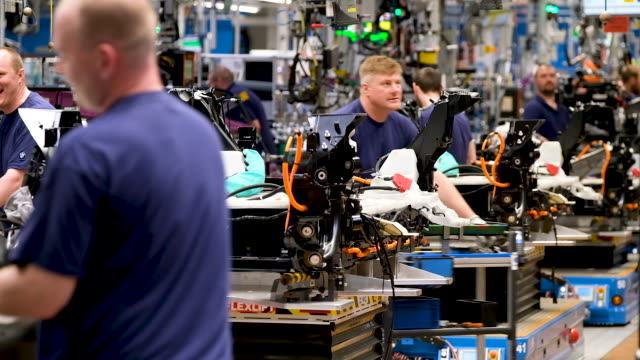 stockvideo's en b-roll-footage met workers assemble bmw i3 electric cars on the assembly line at the bmw factory on may 20 2019 in leipzig germany german president frankwalter... - hybride voertuig