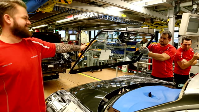workers assemble porsche cars on an assembly line at the porsche plant in zuffenhausen district on february 19, 2019 in stuttgart, germany. european... - 関税点の映像素材/bロール