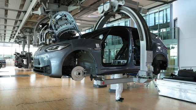 """workers assemble volkswagen id.3 electric cars at the """"gläserne manufaktur"""" production facility on june 08 in dresden, germany. the dresden plant is... - ingenieurwesen stock-videos und b-roll-filmmaterial"""