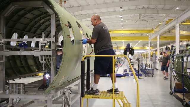vídeos de stock e filmes b-roll de workers assembling cessna citation longitude jet aircraft on the factory floor at the textron aviation inc assembly plant in wichita kansas us on... - wichita