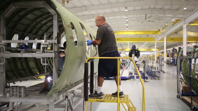 workers assembling cessna citation longitude jet aircraft on the factory floor at the textron aviation inc assembly plant in wichita kansas us on... - wichita stock-videos und b-roll-filmmaterial