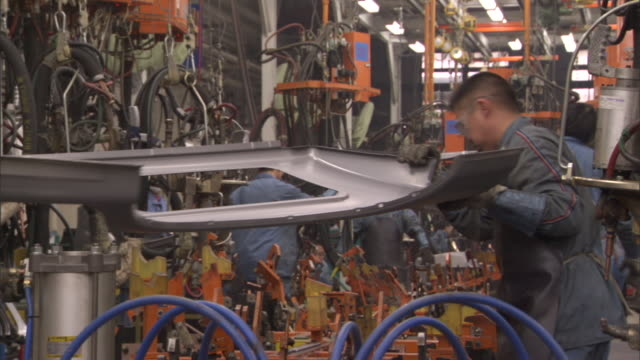 ms zi workers assembling steel parts for jeep cherokee in car plant, beijing, china - incomplete stock videos & royalty-free footage